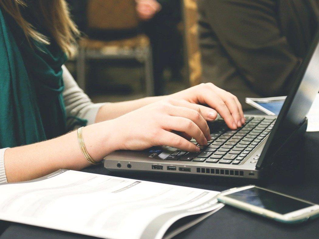 Ilustracja do informacji: Dofinansowanie na zakup laptopów do szkół